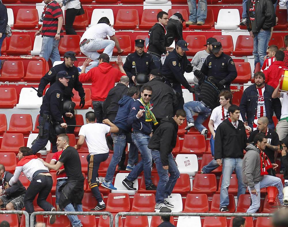 Enfrentamientos entre aficionados del Sporting y la Policía