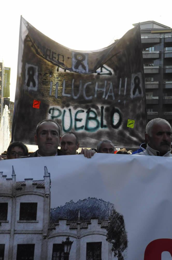 Protesta de los vecinos de Trubia contra el cierre de la fábrica de armas