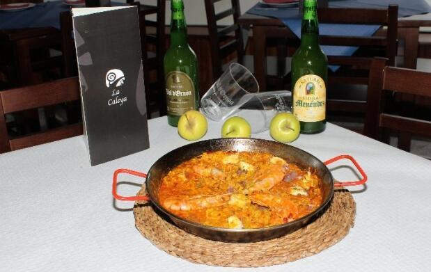 Delicioso menú con arroz con pulpo y langostinos