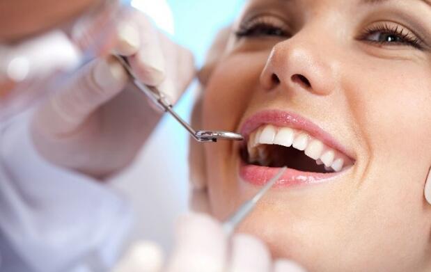Completa limpieza dental y revisión con opción de empaste