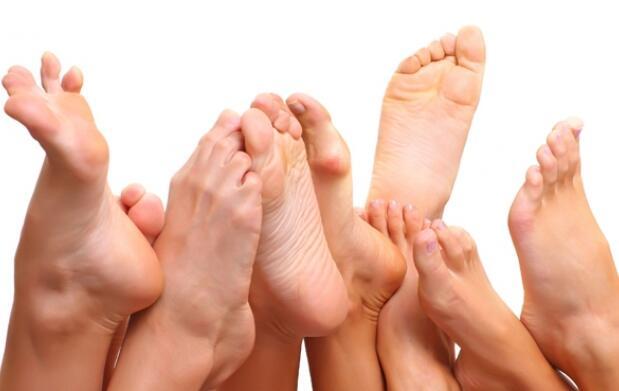 Pedicura y exploración del pie realizado por podólogo