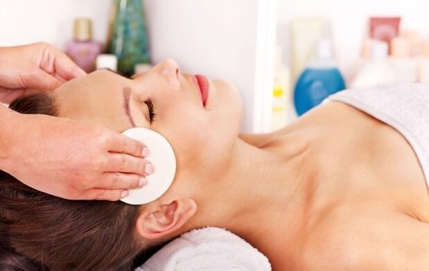 Limpieza facial con tratamiento de vitaminas y ácido hialurónico