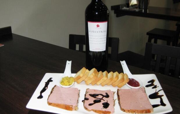 Tabla de foies variados y vino