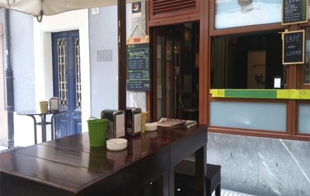 Tapa de ibéricos y bebida en El Carmen