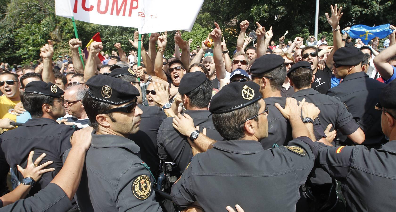 Protestas de mineros en la inauguración del Parador de Corias