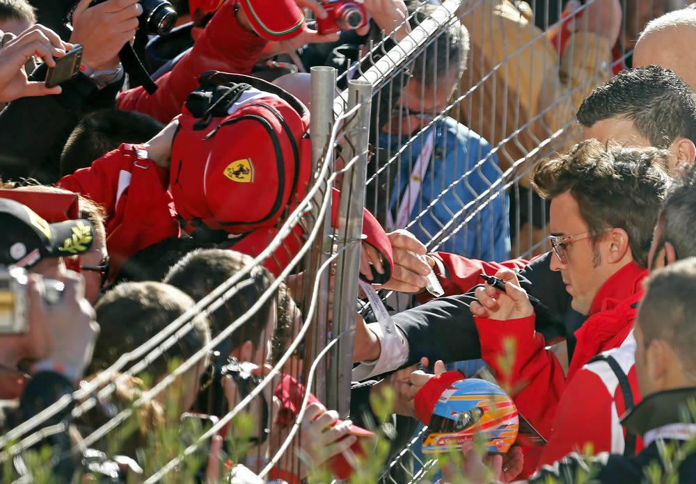 Fernando Alonso se encuentra con la afición en Cheste