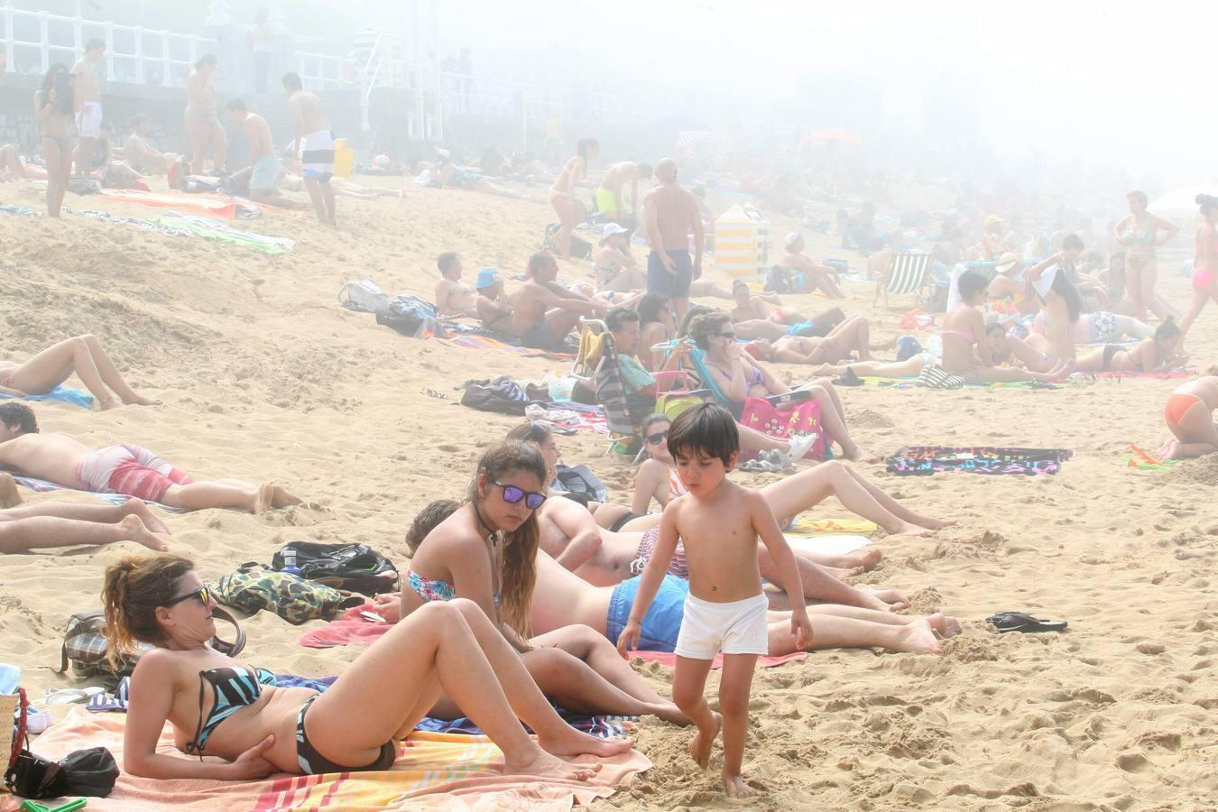 La niebla se adueña de Gijón
