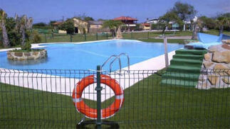 Entrada piscinas San Feliz en Argüero