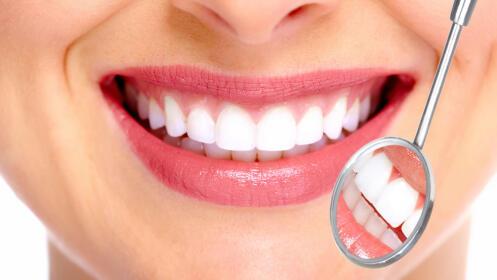 Implante dental de titanio con corona