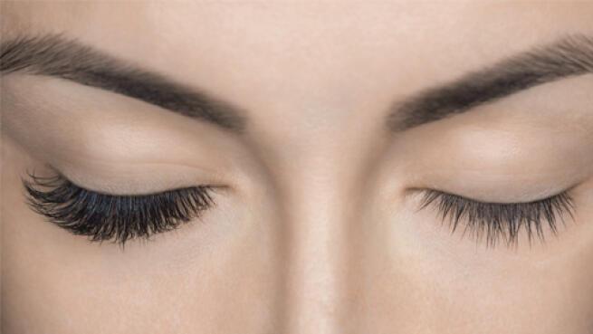 Extensión de pestañas natural pelo a pelo y diseño de cejas