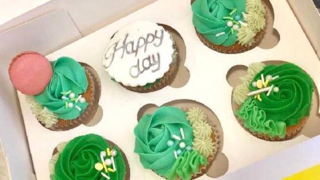 Seis cupcakes con caja decorados con el motivo que quieras