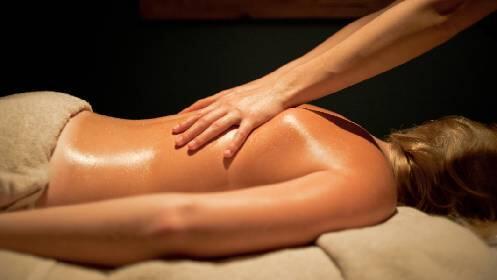 Ritual relajante con masaje corporal y aceites esenciales